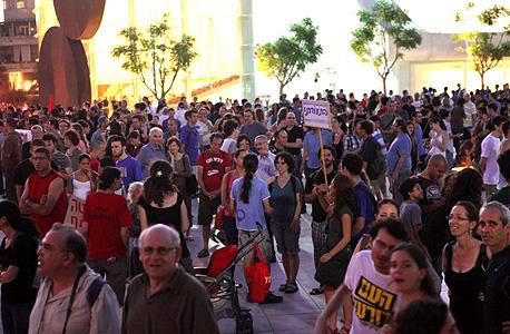 מפגינים מתאספים בכיכר הבימה, הערב, צילום: עמית שעל