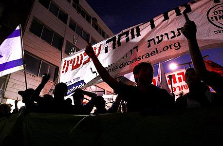 מפגינים צועדים ברחובות תל אביב, הערב, צילום: עמית שעל