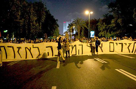 מפגינים שעזבו את העצרת המרכזית צועדים בתל אביב, צילום: עמית שעל