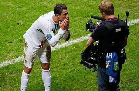 """רונלדו עם מצלמת טלוויזיה. """"הטלוויזיה וספורט הפרימיום מתאימים אחד לשני, צילום: רויטרס"""