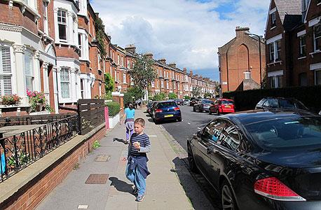 גדי ונעמה ליד הבית המוחלף בלונדון , צילום: גלית פלם
