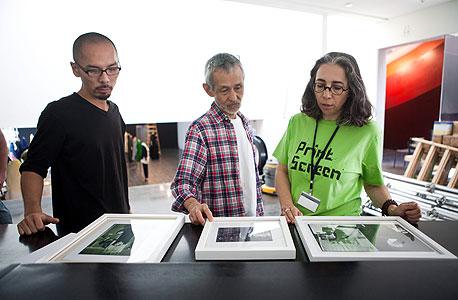 האוצרת הראשית גלית גאון עם ניהיי מסאו (באמצע) מעצב התערוכה מטעם ימאמוטו