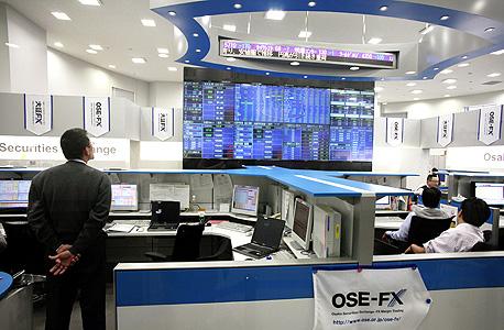 חדר מסחר ביפן. רצפות חדרי המסחר התרוקנו מאנשים, עכשיו מחשבים עושים עסקאות עם מחשבים אחרים