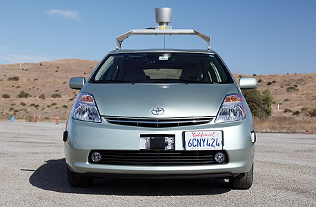 מכוניות כגון זו של גוגל מכילה מערכות ממוחשבות אשר עלולות להיפרץ ללא הגנה מתאימה, צילום: בלומברג