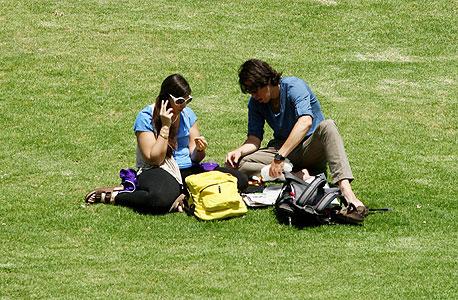 סטודנטים על הדשא, צילום: עמית שעל