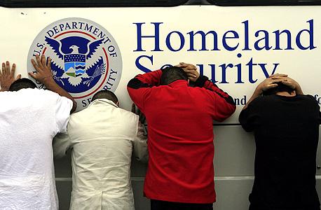 מעצר מהגרים בלתי חוקיים בטקסס. ילדים פוחדים לעלות על אוטובוסים, מבוגרים נכנסים ויוצאים מהמרכולים הכי מהר שאפשר