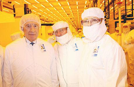 שהנשיא שמעון פרס (משמאל) בביקור במפעל אינטל בקרית גת, צילום: סיון פארג