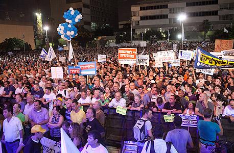"""עשרות אלפים הפגינו בת""""א: """"להכניס את כולם למעגל החובות"""""""
