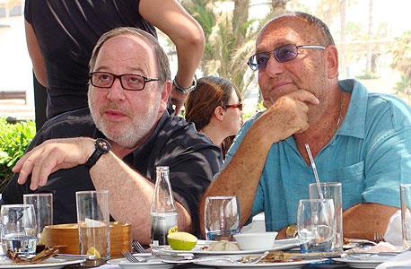 """עו""""ד מיקי צלרמאייר מימין ועו""""ד אבי פילוסוף פותחים שולחן בקפריסין, צילום: רון שוורץ"""