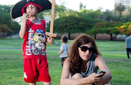 63% מהישראלים בגיל ההורות גולשים לרשתות חברתיות - מקום ראשון בעום