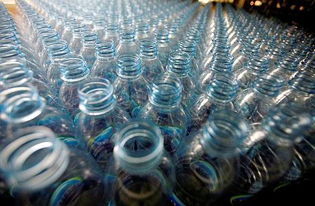 בקבוקי פלסטיק. ייצור הפלסטיק הצמחי מזהם פחות ודורש פחות אנרגיה