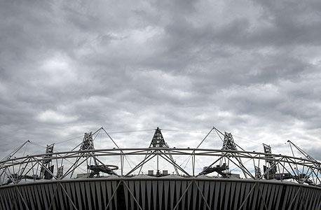 """האצטדיון האולימפי בלונדון. במסגרת המרת האצטדיון בשווי 429 מיליון ליש""""ט, יוארך הגג בעוד שמספר המושבים יופחת מ-80 אלף ל-60 אלף. במקביל, מערכת חדשה ניתנת להזזה תאפשר לאצטדיון לארח אירועי אתלטיקה וימים ספורים לאחר מכן להיות מותאם לאירוח משחק כדורגל, צילום: איי אף פי"""