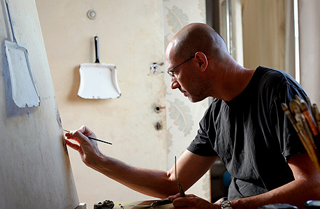 """ערן רשף בעבודה, בסטודיו שלו בתל אביב. """"אין אף מהלך מבוזבז, אני מזיע על כך מהלך"""", צילום: עמית שעל"""
