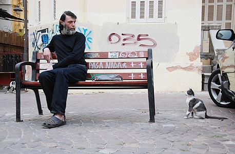 צילום של ארז כגנוביץ במדרחוב נחלת בנימין. תל אביבי וחתול