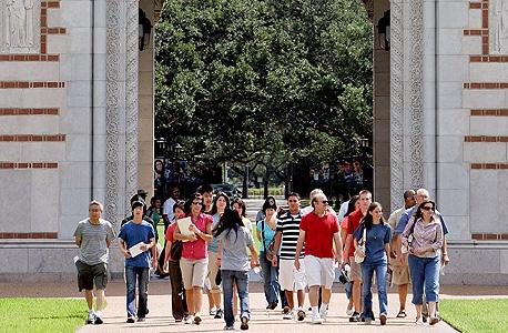 הורים מלווים את ילדיהם בשבוע הראשון באוניברסיטה בטקסס. מתקשרים לבכירים בקולג' כדי להתלונן על השותפים של ילדיהם במעונות