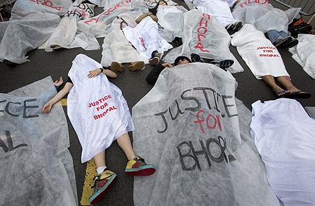 מפגינים באולימפיאדה נגד DOW.  לא מצליחה להתנקות מהאסון בבופאל ב־1984 ו־BP עדיין מזוהה יותר עם האסון האקולוגי במפרץ מקסיקו מאשר עם האולימפיאדה (וטוב שכך), צילום: רויטרס
