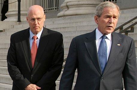 שר האוצר האמריקאי לשעבר פולסון (משמאל) עם הנשיא בוש. 24 שיחות בשבוע אחד, זה קפיטליזם של מקורבים