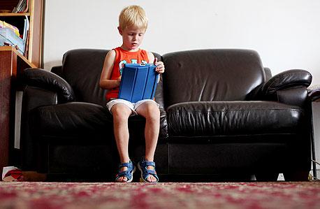 """יאיר ברגשבן שאובחן כלוקה באוטיזם והאייפד. אמו שלומית: """"כששכחנו את אחיו הקטן יהונתן יאיר הראה לי את המילה 'כועס'"""""""