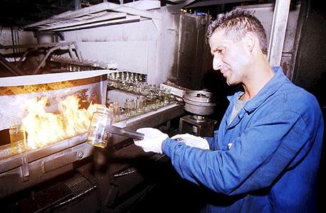 עובד במפעל פניציה, ארכיון