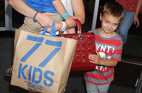 עוז 77: עזרא דבח רכש מאמריקן איגל את רשת בגדי הילדים האמריקאית 77Kids