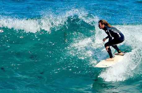 גולש על הגלים באוסטרליה