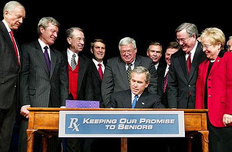"""בוש חותם על """"חוק מדיקייר"""" שנותן הטבות מפליגות לחברות תרופות. ראש צוות המשא ומתן מטעם הממשל חצה את הקווים"""