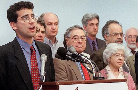 מסיבת עיתונאית של איגוד המדענים המודאגים ב־2001. 400 אלף חברים, והשיירה עוברת