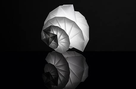 עבודה של המעצב היפני איסי מיאקי