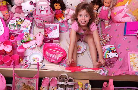 אביגיל בת הארבע בחדרה. סירבה לישון על מיטה שהוצעה בסדין כחול