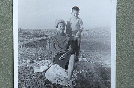 1967 בשאר אל-מסרי, בן חמש, עם אמו פטימה בשדה פתוח בשכם