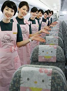 """דיילות במטוס של חברת אווה הטייוואנית, המעוצב כולו בדמויות הלו קיטי. """"ורוד זה לא רק צבע"""""""