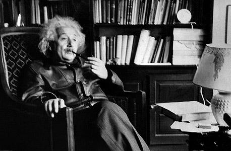 אלברט איינשטיין בביתו בפרינסטון  ב־1938. עד לפני  כמה חודשים התגורר מסקין באותו הבית ומדי ליל כל הקדושים נהג להתחפש  למדען הדגול
