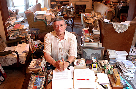 """פרופ' מוקד ליד שולחן העבודה שלו. """"זו תחושת הרפתקה. להיות חוקר בביתך, במשרדך ובספרייתך"""""""
