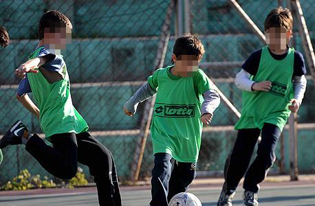 ילדים מתאמנים בכדורגל. צריך להתחיל מוקדם אבל לא בצורה אינטנסיבית
