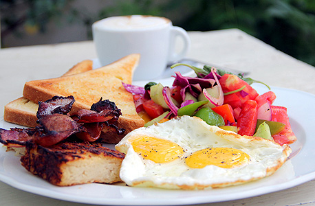 בוקר נולה. ארוחה אמריקאית קלאסית