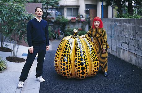 קוסמה ומארק ג'ייקובס בטוקיו ליד פסל דלעת שיצרה (2006)