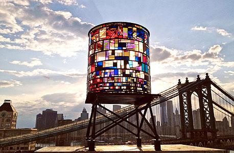 הקליידוסקופ של טום פרואין. אלף חתיכות צבעוניות של פלסטיק אקרילי, שנאספו ברחובות ניו יורק, צילום: Robert Banat