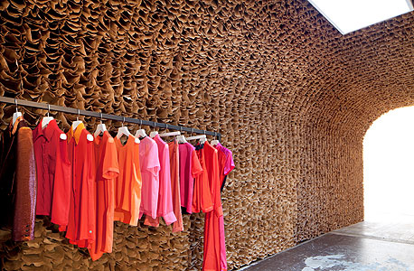 בוטיק אוון. 25 אלף שקיות נייר חומות מהודקות בצפיפות לקירות ולתקרה, צילום: Juliana Sohn