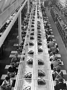 פועלים בפס ייצור בגרמניה, שנות החמישים. שעות העבודה נותרו גבוהות על חשבון שעות הפנאי