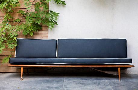 """ספה שניצלה מזריקה. """"היה כאן אוצר של טעם והבנה. נגרים שייצרו רהיטים שהם יחידים במינם, והקפידו על הגימור של כל פרט"""""""