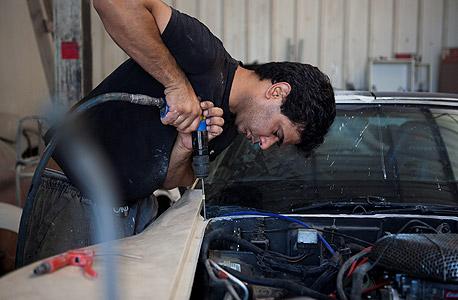 """אלון נרוב מציל קורבט ישנה. """"שיפוץ של רכב דורש מהלקוח סבלנות והקרבה. אני לא מוכן לעבוד עם לקוחות שרוצים לשפץ מהר ובזול"""""""
