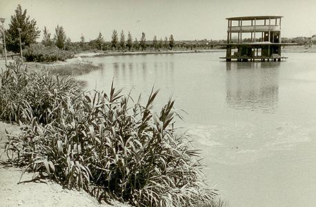 הקמת בית הקפה על האגם ב-1967. נבנה בעקבות ביקור של ראש העיר דאז קריניצי בווינה
