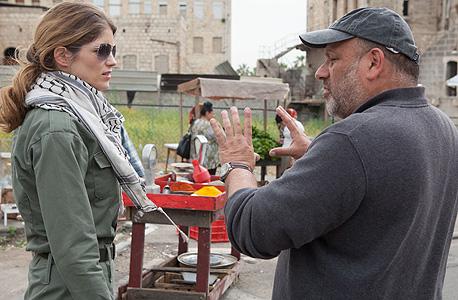 """ריקליס על הסט של """"זייתון"""" מנחה את השחקנית אליס טליוני (מימין)"""