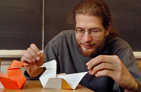 אריק דמיין ואוריגמי. גילה שאפשר להרכיב באוריגמי כל מוצר