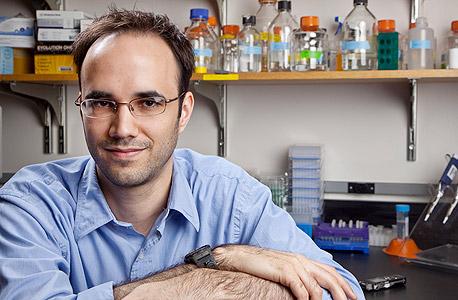"""הביו־פיזיקאי שון דגלאס. בנה """"דנ""""א ננו־רובוט אוריגמי"""" לאספקת תרופות"""