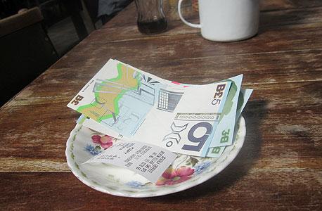 תשלום בבריקסטון פאונד בבית קפה מקומי. 200 עסקים כבר מכבדים אותו