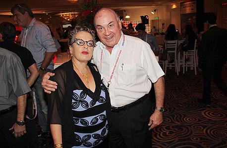 איש העסקים אליעזר אלקון וחנה פרי-זן מבנק הפועלים