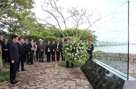 ראש ממשלת צרפת לשעבר פרנסואה פילון באנדרטה לזכר קורבנות האסון בריו