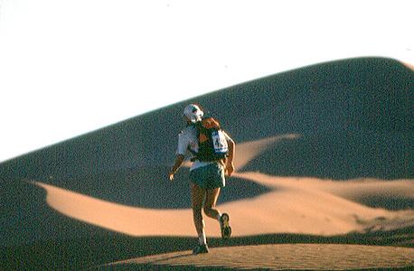 """במרתון החולות במדבר סהרה.  250 ק""""מ בשישה ימים ובחום של 55 מעלות בצל"""