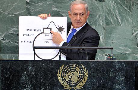 """נתניהו מציג את איור הפצצה בנאומו באו""""ם, צילום: אי פי איי"""